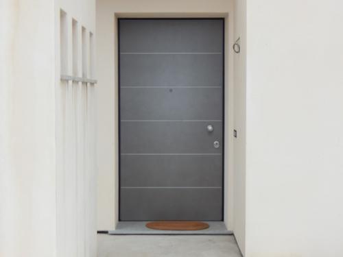 Porta-blindata-con-inserti-in-alluminio-satinato