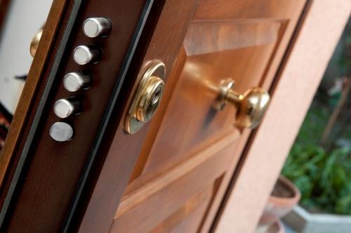 sollevare-porta-blindata-che-striscia-sul-pavimento-porte-interessante-come-rivestire-una-porta-d-ingresso